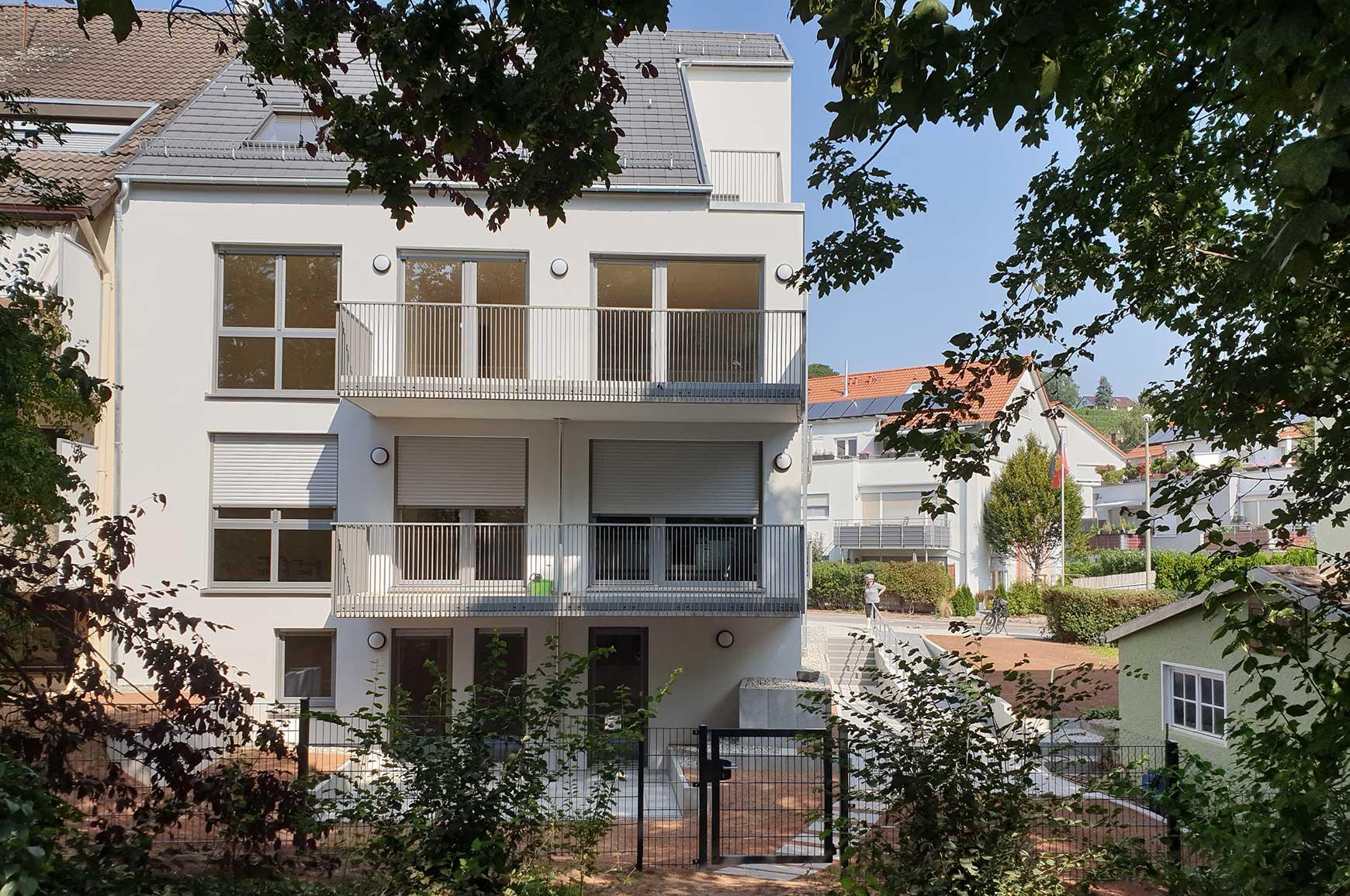 BEZAHLBARE WOHNUNGEN Das 6-Familien-Haus Wilnaer Straße 34 in Stuttgart-Mühlhausen wird energieeffizient mit einer Brennstoffzelle und einer Luft-Wasser-Wärmepumpe beheizt und mit Warmwasser versorgt<br /><br /><a href='https://www.mader-architekten.de/projekte/1/wohnungsbau/wilnaer-strasse-34/'>Wilnaer Straße 34</a>
