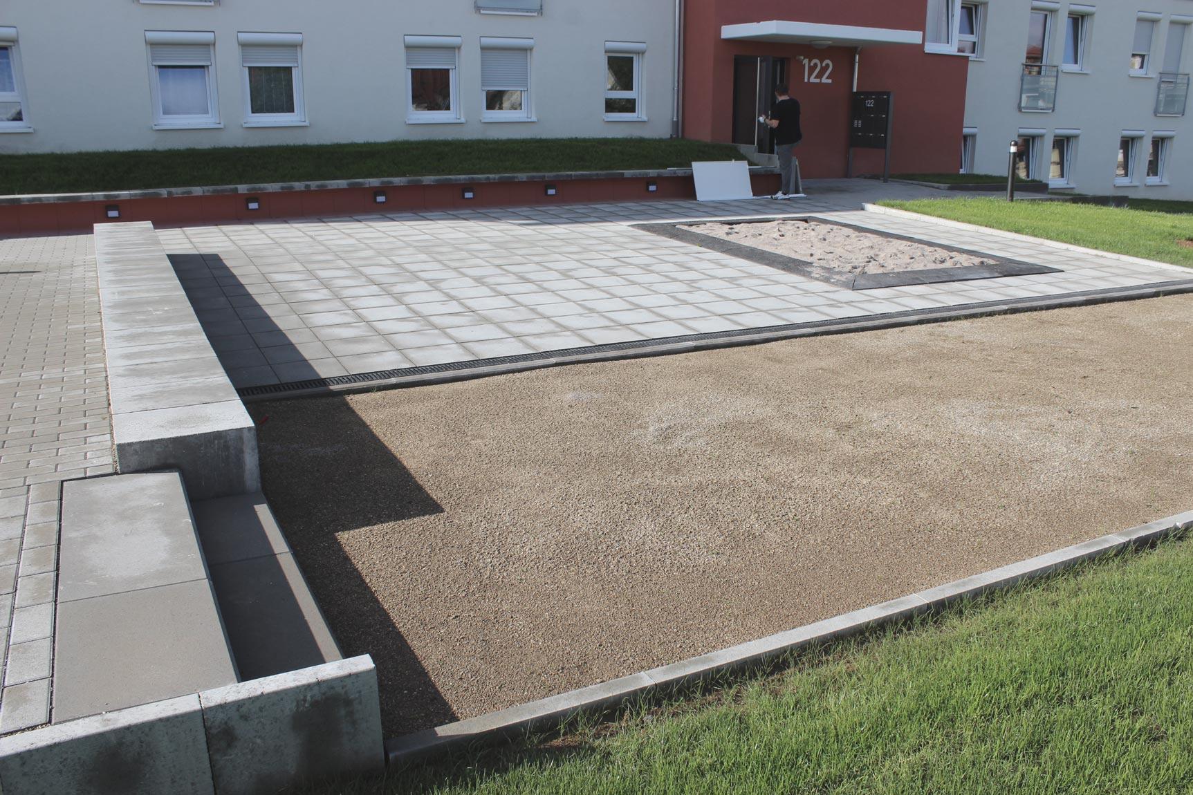 Außenanlage mit Spielfläche
