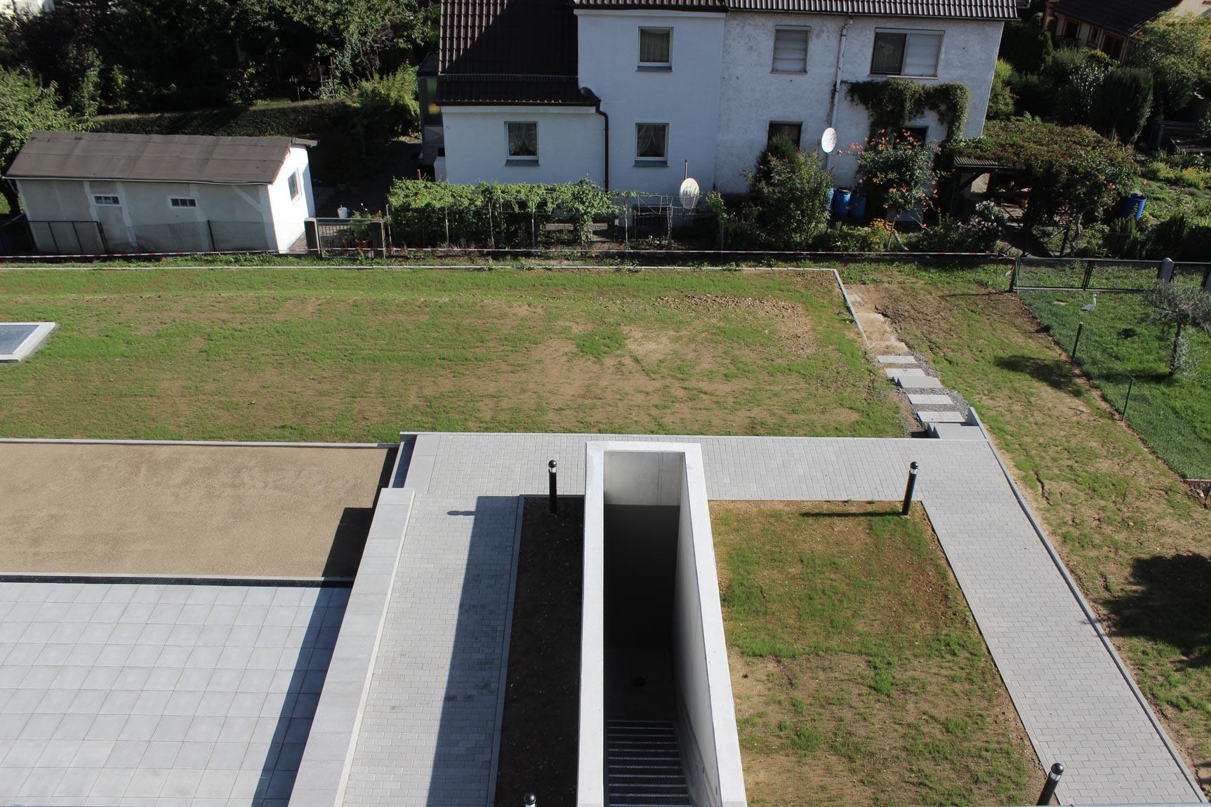 Außenanlage mit Zugang zur Tiefgarage